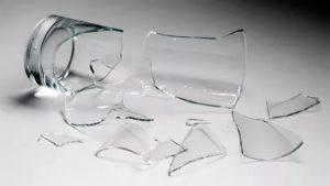 Случайно разбил стеклянный стакан к чему это