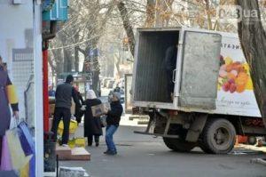 Погрузка разгрузка товара на тротуаре