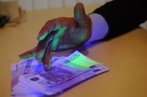 Как помечают деньги для взятки